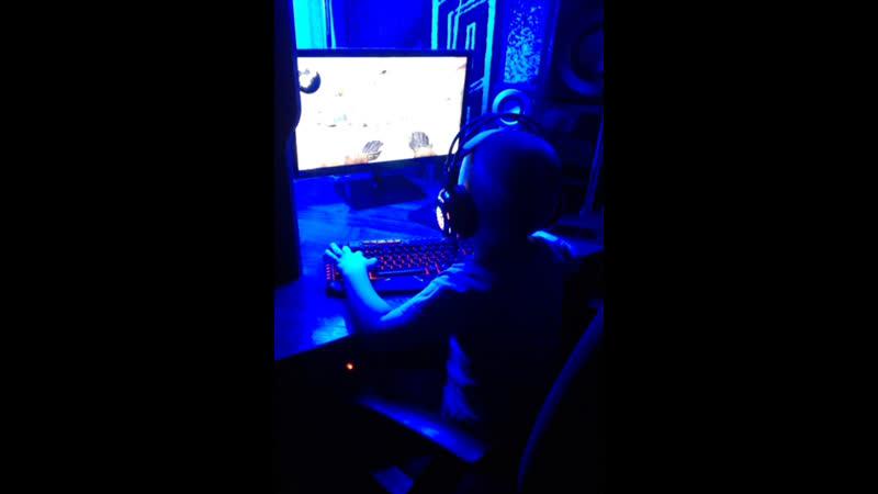 Мой брат мааленький играет в ксго
