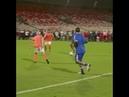 Ronaldinho deixando a mulher no chão sem ao menos toca-la