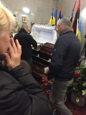 """В Мариуполе провели в последний путь погибшего на Донбассе """"Смурфика"""": фото"""