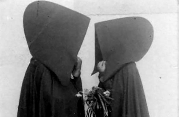 Это ретрофото португальских дам с Азорских островов, одетых в традиционные плащи с огромными капюшонами