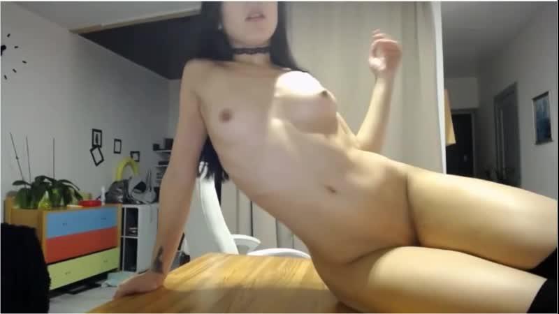 русская девушка мастурбирует и комментирует на видео уже