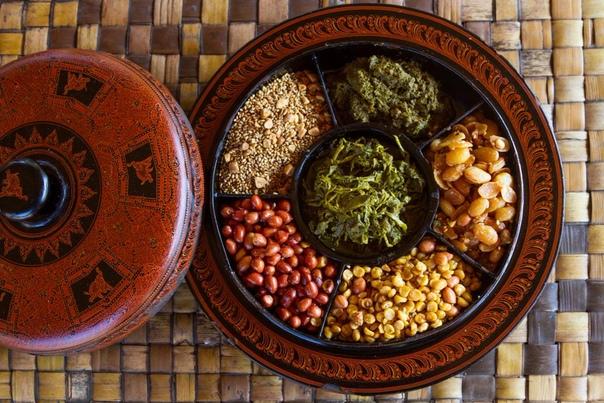 Мьянма является единственным государством, жители которого употребляют в пищу маринованные чайные листья  с креветками, кунжутом, чесноком, арахисом, горохом и лимоном