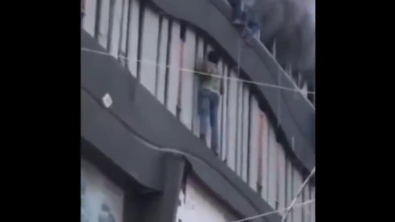 Пожар в индийской частной школе огонь охватил третий этаж, где находились студенты.