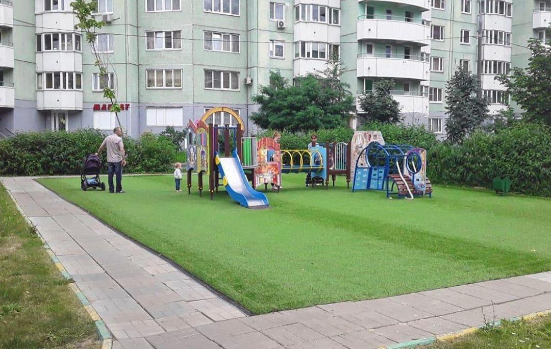 «Травяное» покрытие сделали на одной из детских площадок в Некрасовке