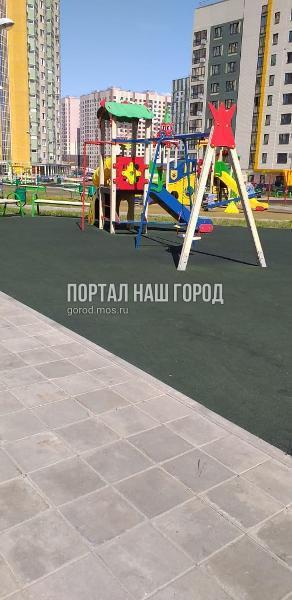 Коммунальщики восстановили покрытие детской площадки на улице Вертолетчиков