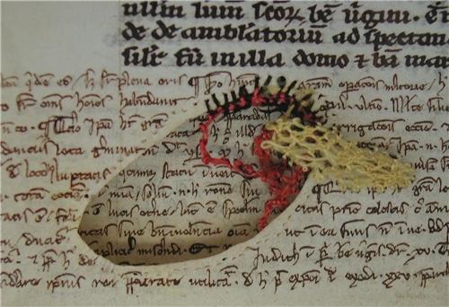 Необычное искусство ремонта рукописей в Средневековье В Средние века листы для рукописей делали из шкур животных, известных как пергамент, а не из папируса или бумаги, как это стало принято
