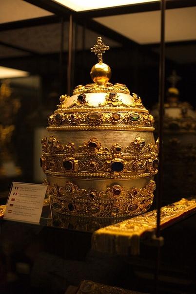 ТИАРА Тиара (греч. τάρα, древний персидский головной убор) тройная корона, отличительный высокий яйцеобразный головной убор папы римского, увенчанный небольшим крестом и тремя венцами и имеющий