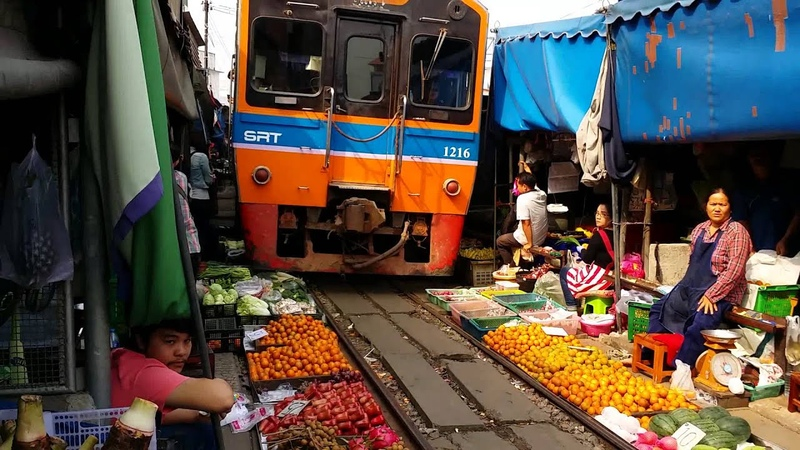 Thailandia treno di Maeklong che passa nel mercato