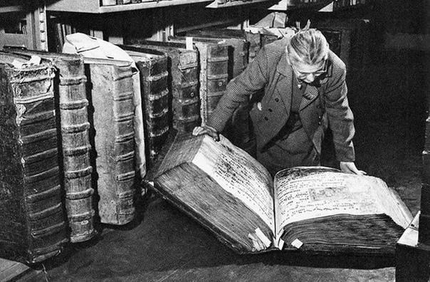 Книги-гиганты Этот ретроснимок был сделан в 1950 году в библиотеке Пражского замка. Вы только посмотрите, какие огромные книги там можно было найти! Но все же это не самый огромный фолиант на