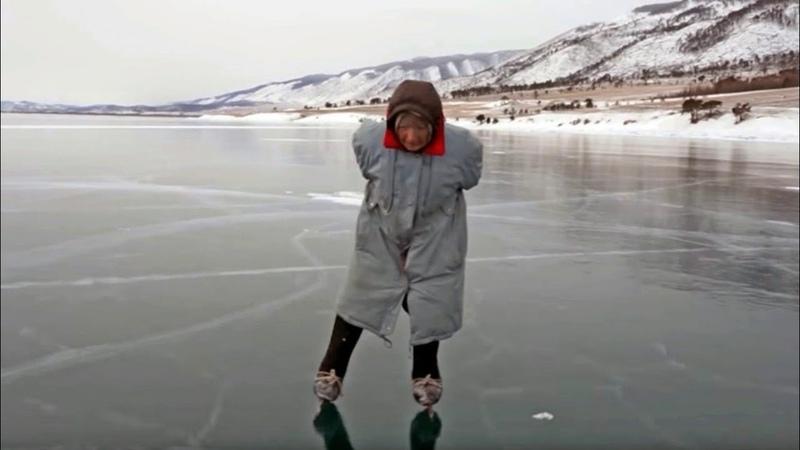 Baba Liuba', la abuela rusa que pasea a diario por el hielo del Baikal en patines caseros