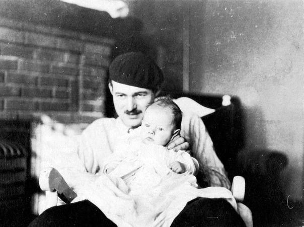 Эрнест Хемингуэй со своим сыном Бамби, 1924 год.