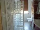 Bagno con doccia in vetro cemento