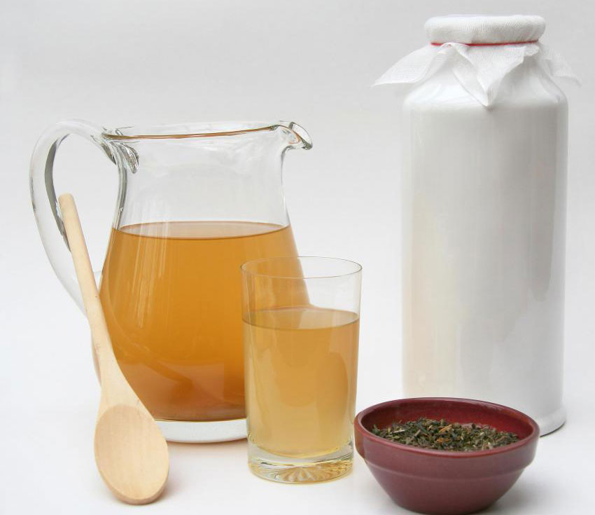 Ингредиенты для чайного гриба включают зеленый или черный чай, сахар и воду