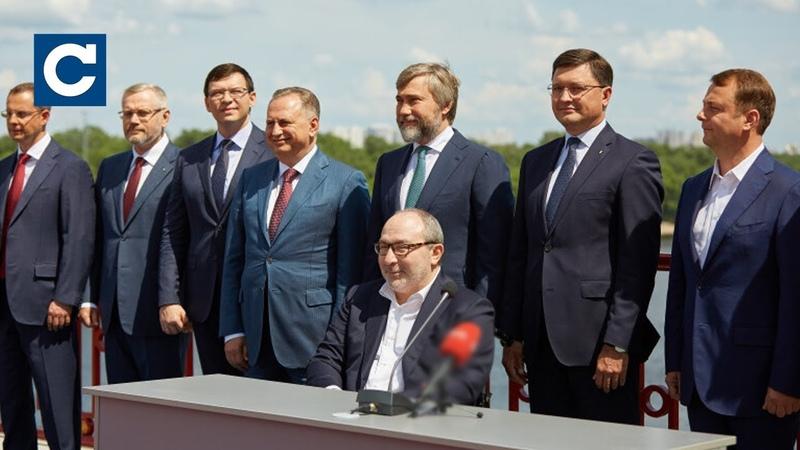 Представники Опозиційного руху зустрілися на Пішохідному мосту в Києві