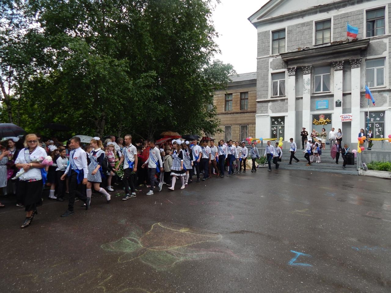 Атаманы луганского округа донских казаков посетили последний звонок в городах и районах Республики