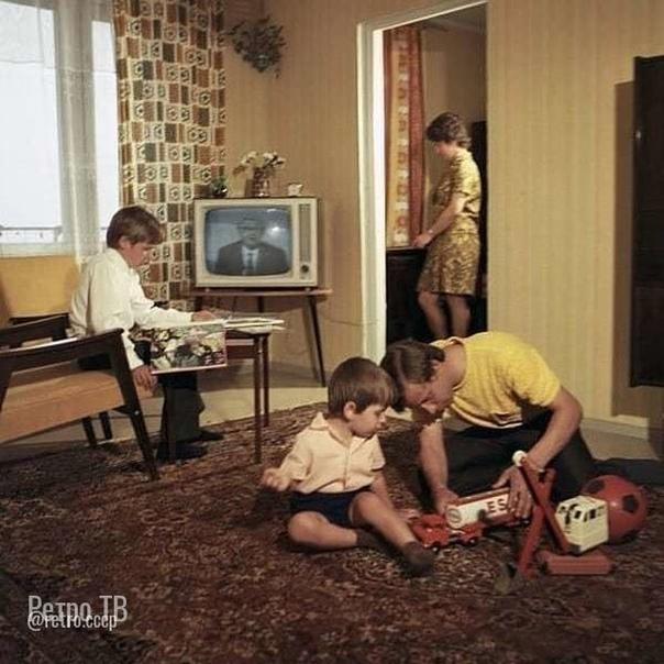 Вечерняя семейная советская идиллия.  Какой год, как думаете