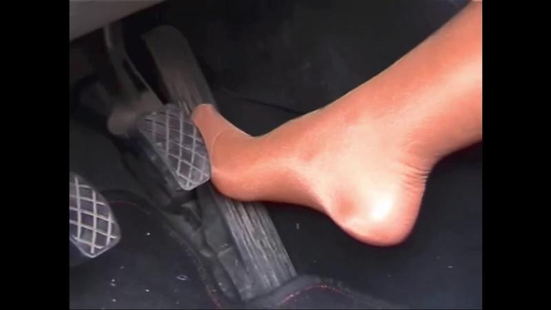 Sexy legs pedal pumping in thin pantyhose - Seksi bacaklar pedal pompalıyor.