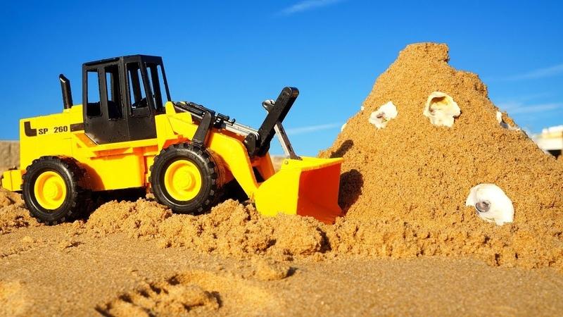 Sarı traktör kale yapıyor. Yardımcı arabalar.