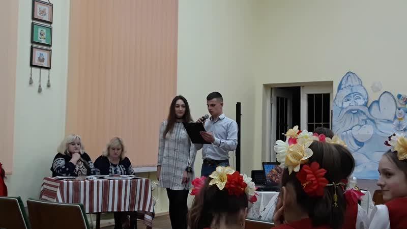 Люба Шеремета та Віктор Гриньків (11 кл.) читають вірш Михайла Івасюка.