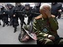 Ветеран ВОВ в автозаке на митинге с орденами и медалями на груди