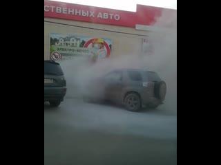 В Рязани на улице Островского загорелся автомобиль. Соответствующее видео опубликовано в группе «Подслушано у водителей Рязани»