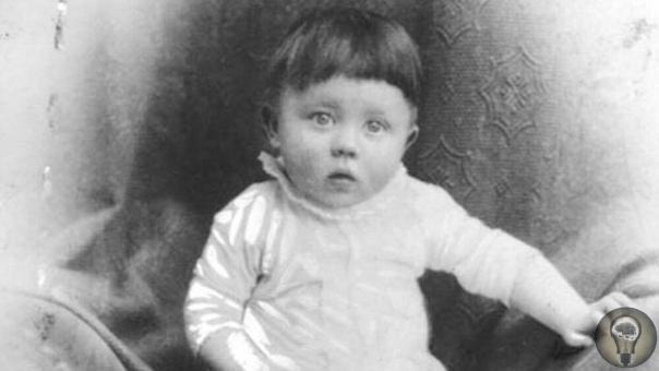 Детство Адольфа Гитлера Малыш был любимцем, мать берегла его как зеницу ока, никогда не ругала и всегда выражала свою нежность и восхищение. Он не мог ошибиться, все, что он делал, было