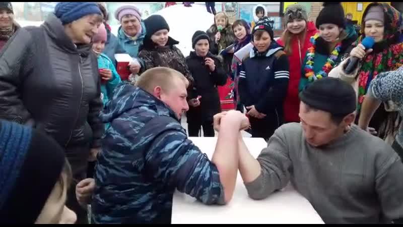 Конкурс арм реслинга на празднике Масленница