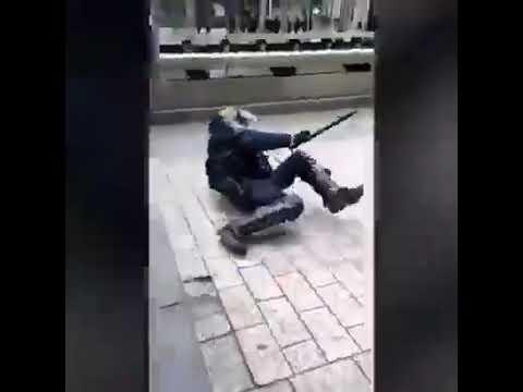 Paris manif un homme sauve une femme des mains d'une dizaine de CRS