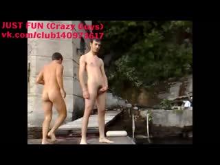 Nude friends jumping naked italy член хуй голый naked swimm piss ссыт cock penis стриптиз public