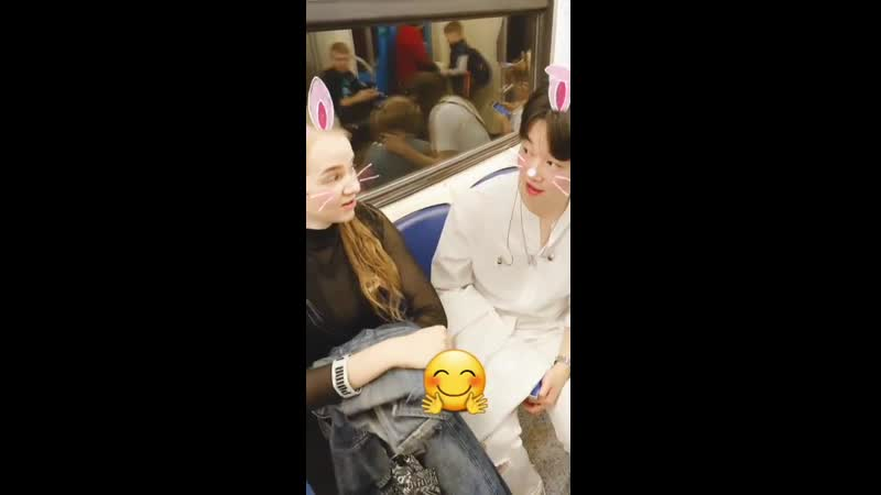 Hoon поет 1000000 алых роз в метро