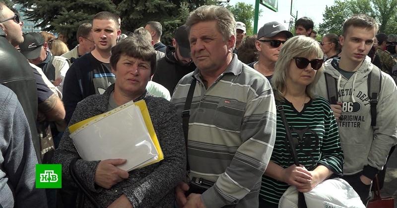 Жители Донбасса выстраиваются в очереди за паспортами РФ