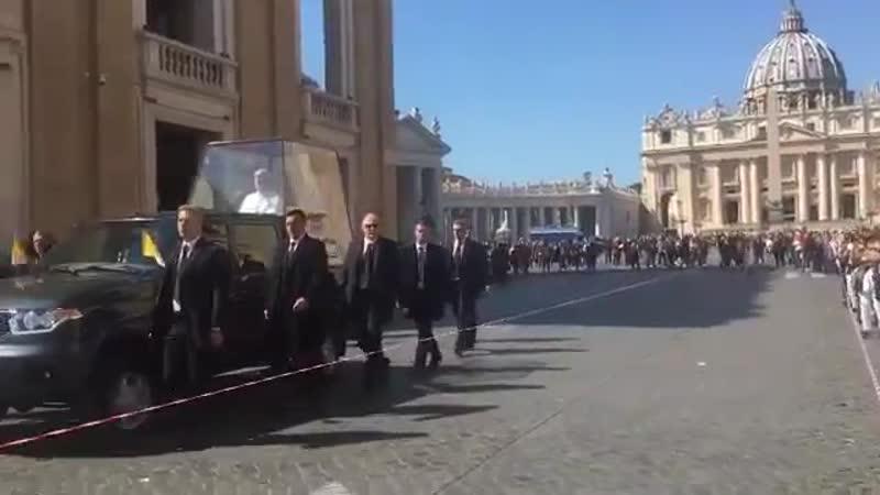 Джон Малкович в папомобиле в сериале Новый Папа