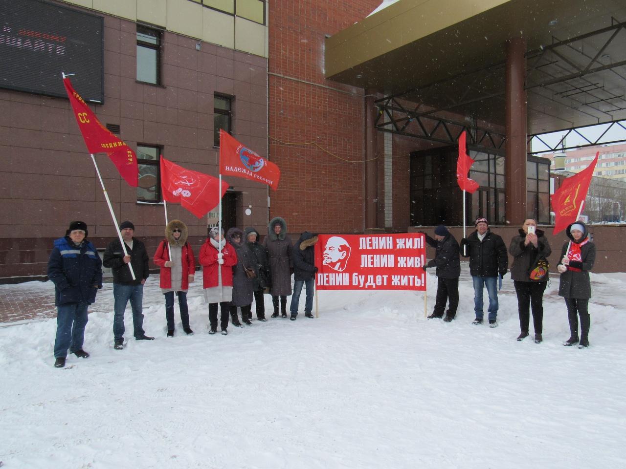 Заветы Ленина актуальны и сегодня. В Новом Уренгое прошел пикет в честь 149-ой годовщины со дня рождения В.И. Ленина