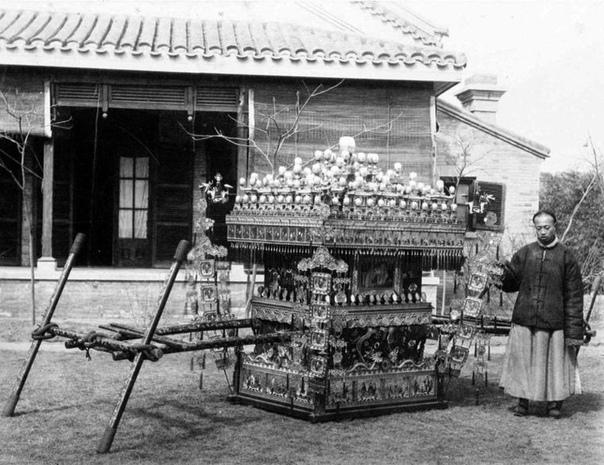 На этой фотографии, сделанной в 1970 году, запечатлен традиционный китайский свадебный паланкин