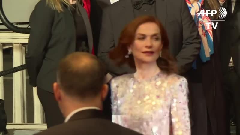 Cannes _ Isabelle Huppert sur le tapis rouge pour Frankie I AFP Images