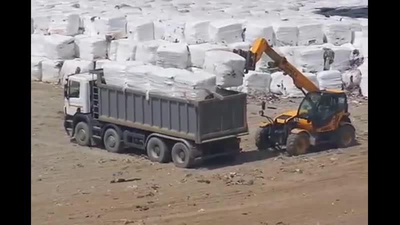 Разгрузка мусорных брикетов обернутых в нано пленку в Белореченске
