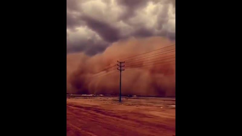 Enorme Tormenta de Arena se cierne hoy sobre Qassim, Buraidá, Arabiasaudita. SaudiArabia Sandstorm Duststorm Storm zabedrosky Ph