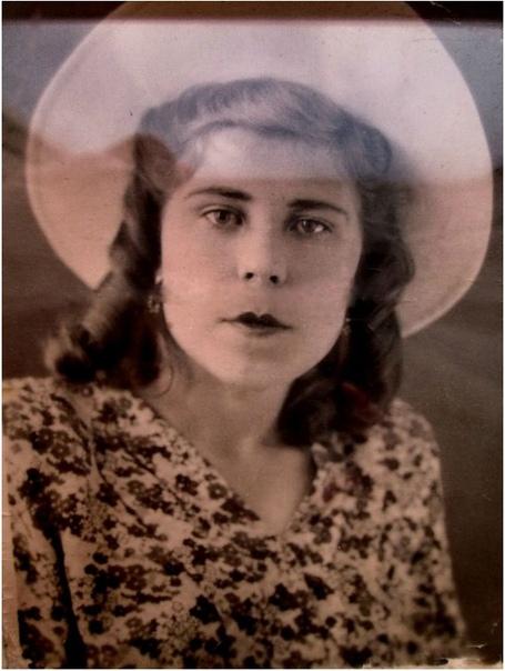 СНАЙПЕР С КУДРЯШКАМИ Её звали Вера Коротина, и было ей чуть больше двадцати. Единственная девушка-снайпер, и притом лучшая из всех стрелков на хребте Муста-Тунтури. Немцы познакомились с её