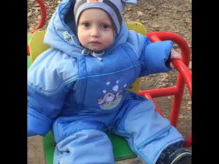 Мой сынок,первый раз катается)