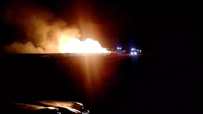 Видеофакт ночью в Гомельском районе полыхал склад деревообрабатывающего предприятия. Возможен поджог