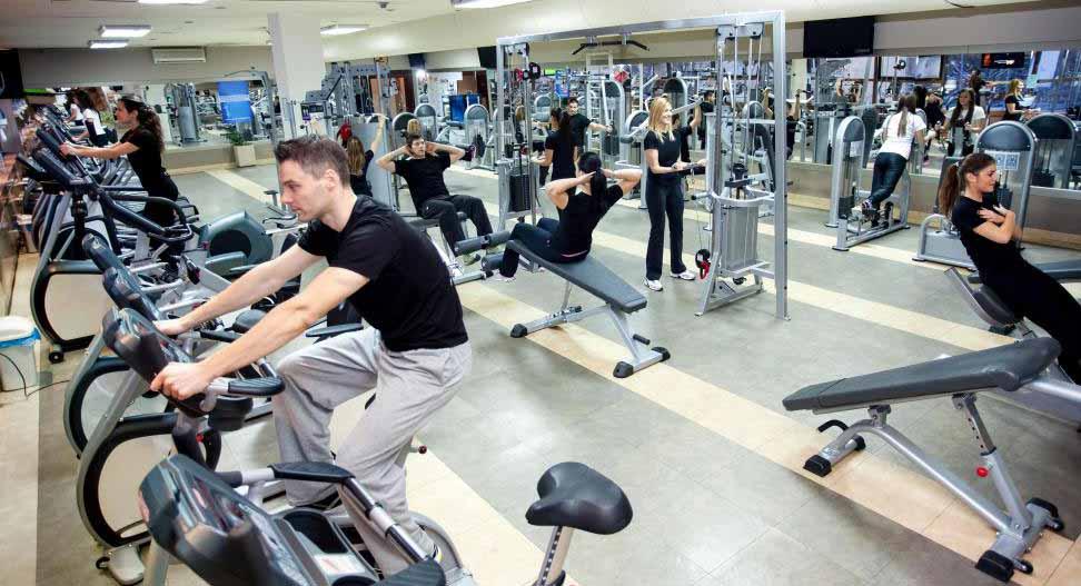 Большое разнообразие тренажеров должно быть доступно для использования в фитнес-клубе.
