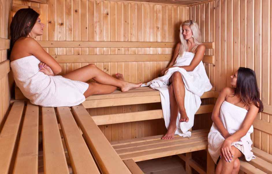 Женщины в сауне у фитнес-клуба.