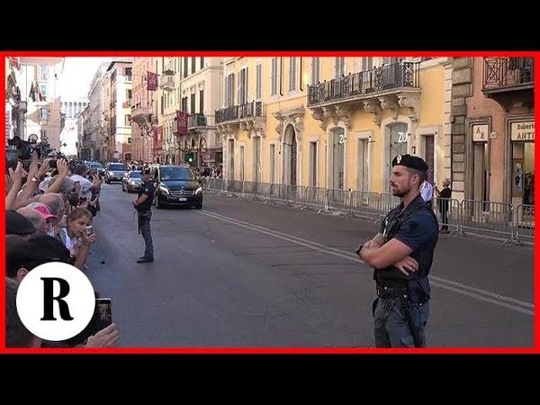 Putin a Roma, via del Corso blindata per la lunga scorta. E tra i curiosi c'è chi dice: Putin chi?