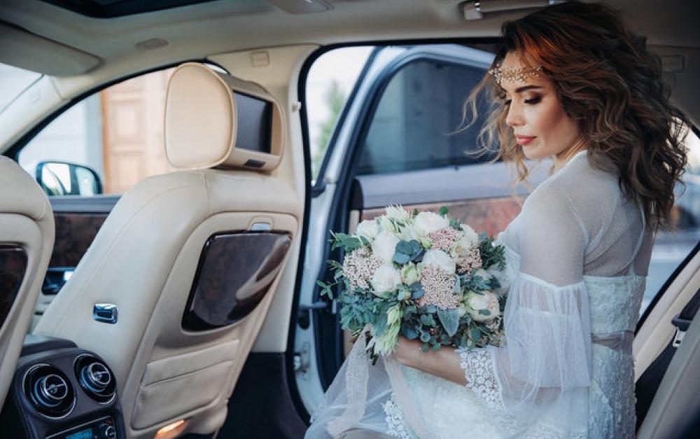 Заказать аренду красивых свадебных машин с водителем можно в RentACar78