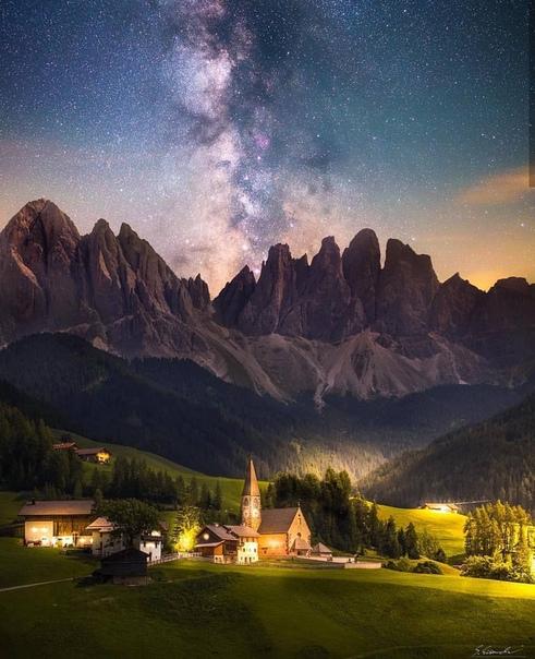 Млечный путь над Валь ди Фунесом в Южном Тироле, Италия.