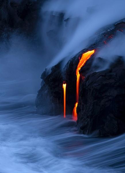 Лава из вулкана Килауэа впадает в океан в Капалане, Гавайи.