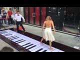 Розовая пантера на напольном пианино