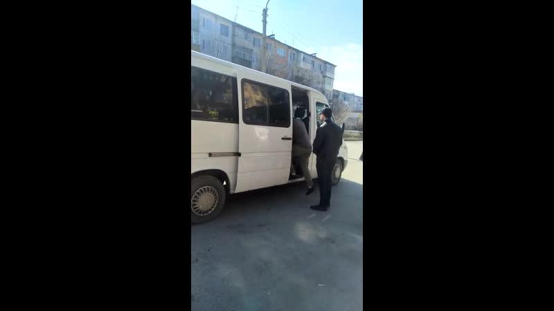 5) водителя белого микроавтобуса, ГРНЗ 369 VMA 09, который 13.04.2019 г., в 11 ч.20 м., на остановке «МАКС» нелегально взял на б