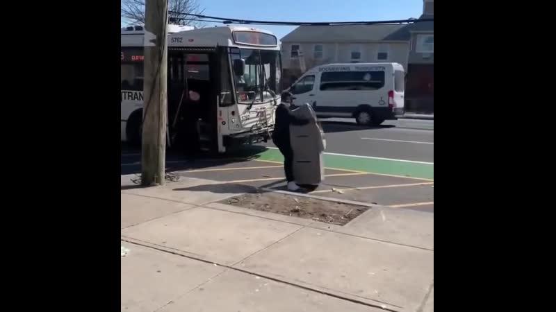 В автобус с банкоматом