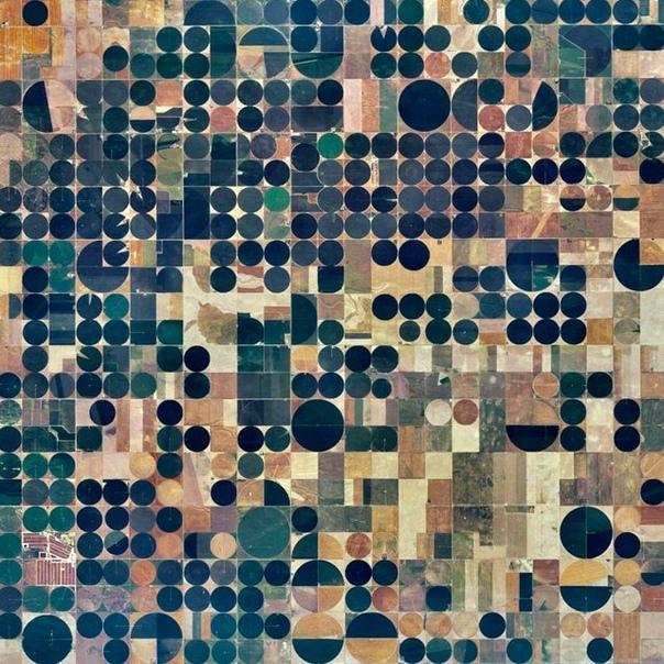 Круговые системы орошения полей близ Коупленда, штат Канзас.